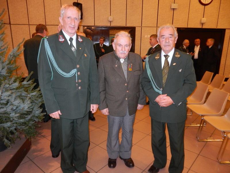 Od lewej: Prezes Okręgowej Rady Łowieckiej - Zbigniew Zieliński, Kol. Grzegorz Borowski i Łowczy Wojewódzki - prof. Lesław Łabudzki.